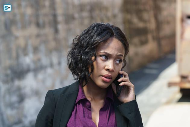 Abbie au téléphone