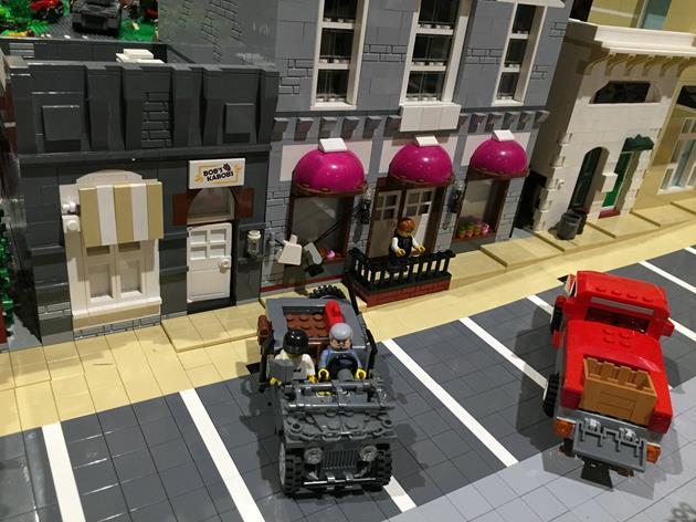 Des véhicules garés devant les boutiques de la ville