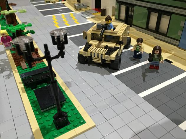 Un Hummer garé en pleine ville