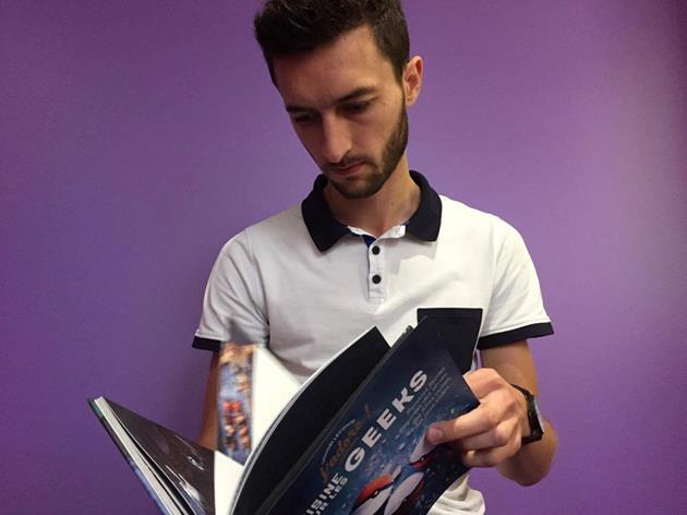Liguori consulte son premier livre de cuisine pour les geeks