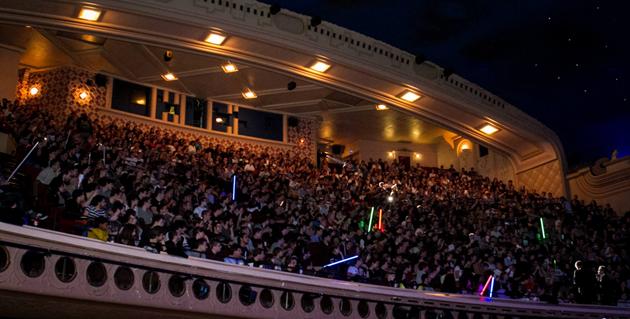 Star Wars le Réveil de la Force : Revivez l'ambiance de la première séance en VO du Grand Rex comme si vous y étiez (2 vidéos) : Les 10 minutes dans la salle avant le début du film (aucun spoiler)