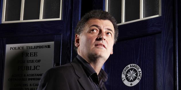 C'est confirmé ! Le showrunner Steven Moffat quitte la série Doctor Who à la prochaine saison : Des chamboulements dans la série et une nouvelle saison repoussée
