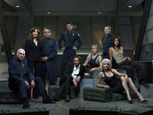 Les personnages principaux de Battlestar Galactica. Qui est un Cylon ?