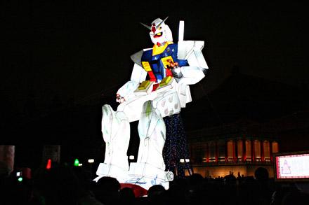 Un Gundam façon lanterne en papier