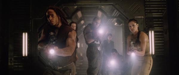 Alien resurrection: Christian (Gary Dourdan), Ellen Ripley (Sigourney Weaver), Johner (Ron Perlman), Call (Winona Ryder) et Hillard (Kim Flowers)