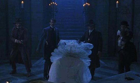 Dracula: Quincey P. Morris (Bill Campbell), Lord Artur Holmwood (Cary Elwes), Abraham Van Helsing (Anthony Hopkins) et Dr Jack Seward (Richard E. Grant) devant Lucy Westenra (Sadie Frost)