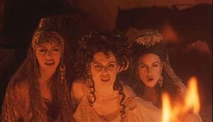 Dracula: Jonathan Harker (Keanu Reeves) et les fiancées de Dracula (Monica Belluci, Michaela Bercu et Florina Kendrick)