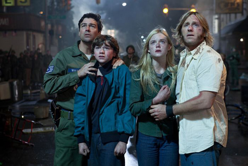 Kyle Chandler, Joel Courtney, Elle Fanning et Ron Eldard