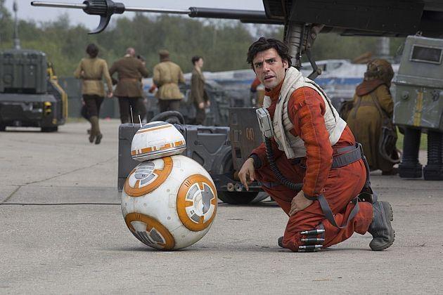 Poe se détourne de sa conversation avec BB-8