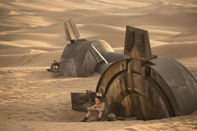Rey se repose au pied d'un ancien quadripode