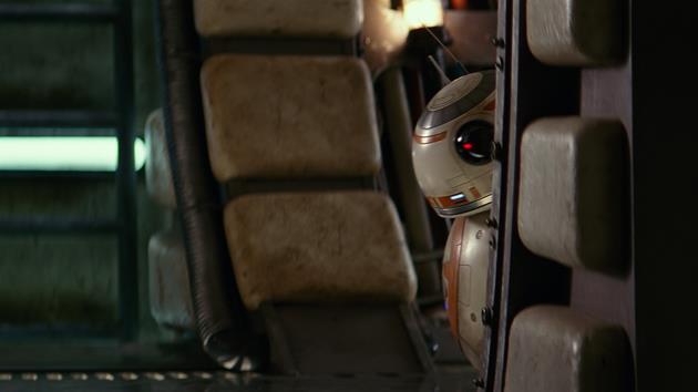 BB-8 caché derrière une paroi du Faucon Millenium