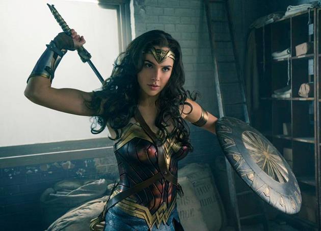 Le costume en couleurs de Wonder Woman, avec épée et bouclier