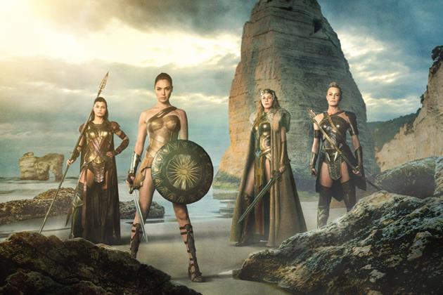 Wonder Woman et d'autres amazones en pose mythologique