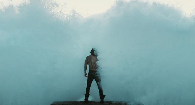 Aquaman prend sa douche