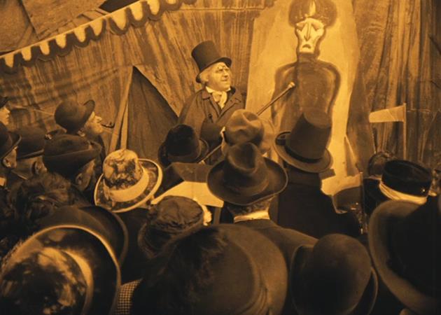 Le Dr. Caligari arrive en ville