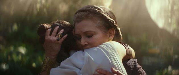 Rey et Leia se tiennent dans les bras